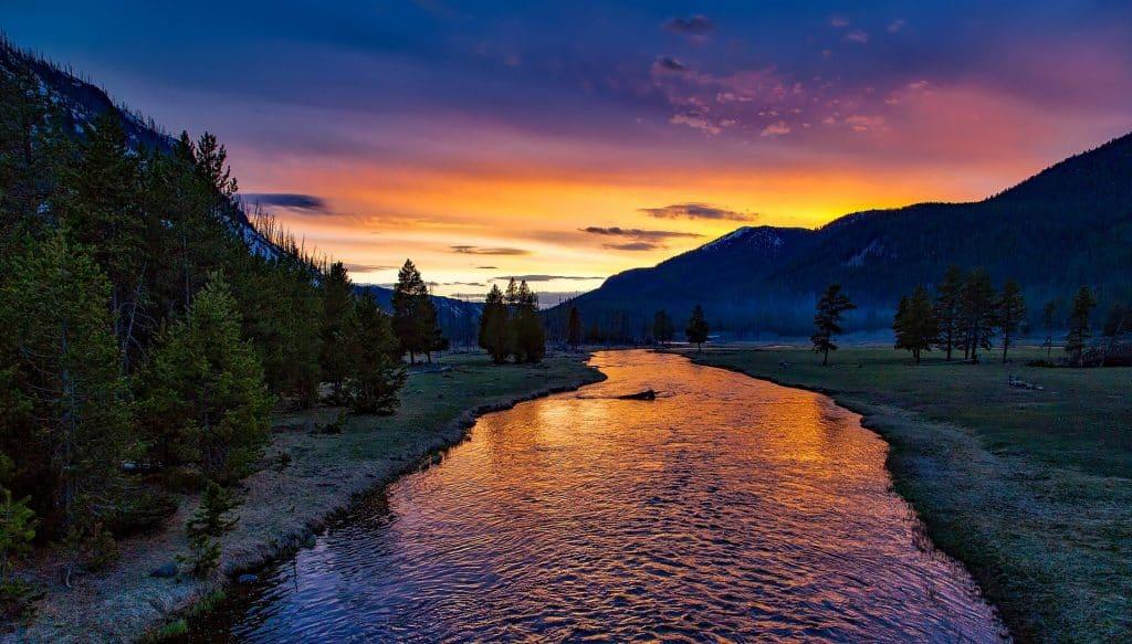 truite rivière coucher de soleil