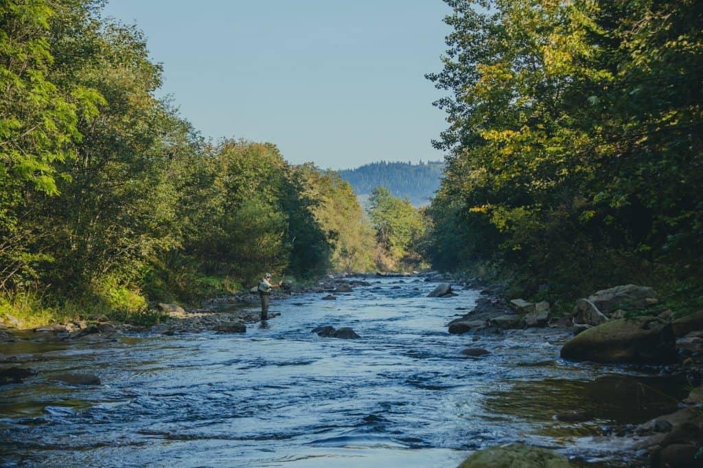 pecheur de truite rivière